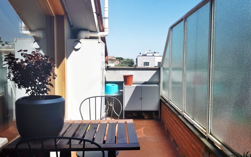 Abitare lo spazio e la luce, un grande appartamento in stile moderno