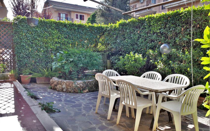 Adiacente il centro, trilocale con giardino